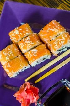 Ushi con pesce rosso su un piatto viola