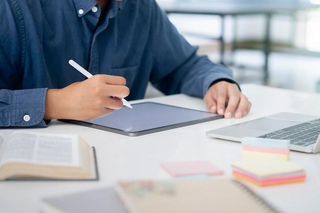 Utilizzo della tavoletta digitale per l'apprendimento e il lavoro online. concetto di comunicazione online.