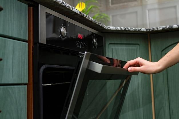 Utilizzando un forno elettrico per cottura e cottura