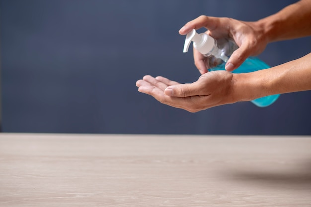 Usando il disinfettante per le mani gel detergente mani a casa