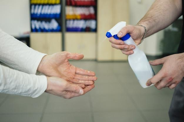 Utilizzando disinfettante per le mani sul posto di lavoro