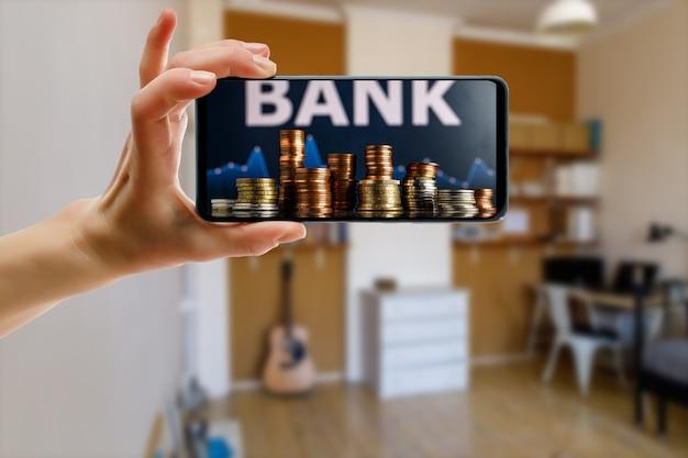 Utilizzo di una banca online tramite smartphone a casa.