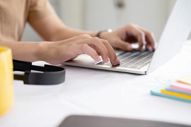 Utilizzo della tecnologia di connessione online per affari, istruzione e comunicazione.
