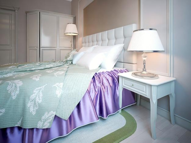 Uso del colore viola in camera da letto, combinazione di bellezza di viola brillante e coperta di oliva chiara