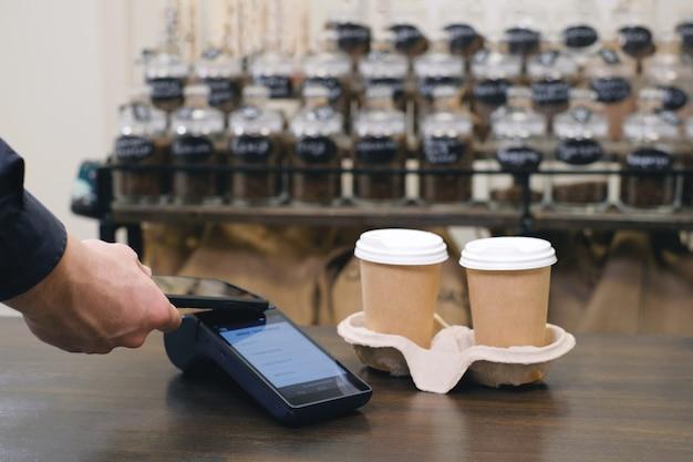 Utilizzando smartphone e tecnologia nfs per pagare