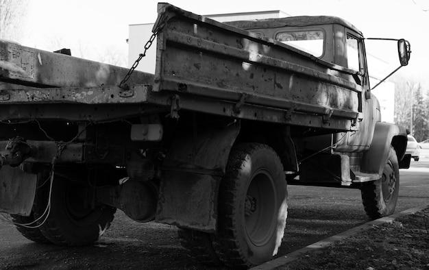 Il camion dell'urss si trova sul ciglio della strada