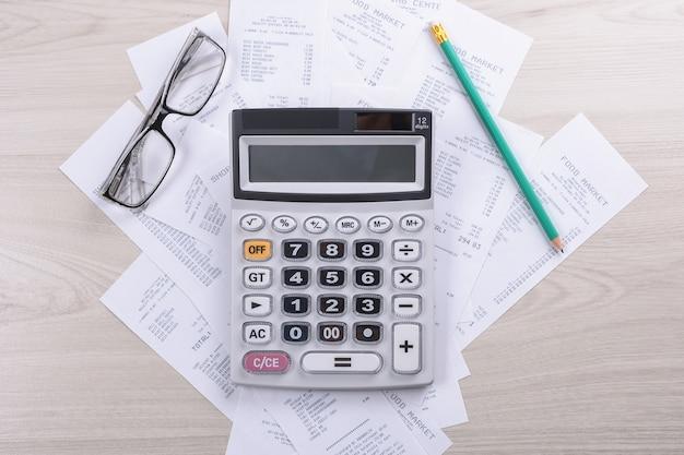 Bolletta e calcolatrice con la matita. analisi dei dati finanziari.
