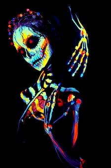 Pittura uv body art dello scheletro femminile di halloween