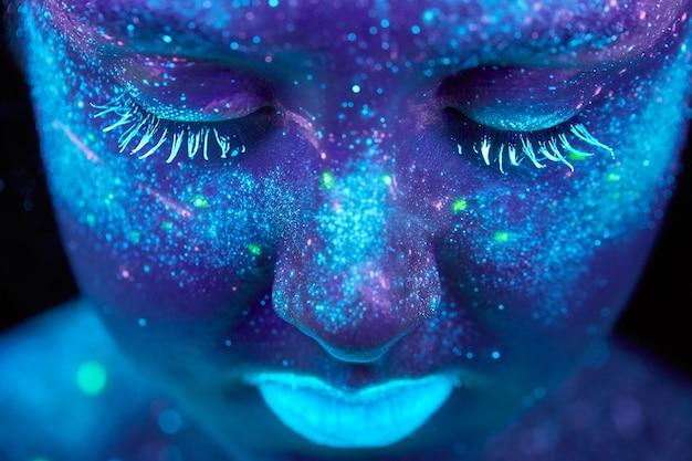 Pittura uv di un universo su un ritratto del corpo femminile