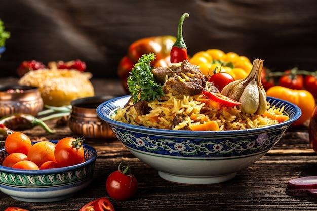 Concetto di cucina uzbeka e dell'asia centrale. assortimento di cibo uzbeko pilaf samsa lagman manti shurpa ristorante uzbeko concetto cibo uzbeko. sfondo di ricetta alimentare.