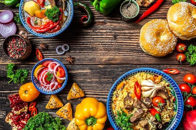 Concetto di cucina uzbeka e dell'asia centrale. assortimento di cibo uzbeko pilaf samsa lagman manti shurpa ristorante uzbeko concetto cibo uzbeko