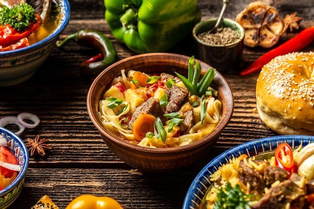 Concetto di cucina uzbeka e dell'asia centrale. assortimento di cibo uzbeko pilaf samsa lagman manti shurpa ristorante uzbeko concetto