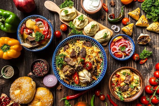 Concetto di cucina uzbeka e dell'asia centrale. assortimento di cibo uzbeko pilaf samsa lagman manti shurpa