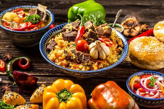 Concetto di cucina uzbeka e dell'asia centrale. cibo uzbeko assortito pilaf samsa manti o manty, shurpa