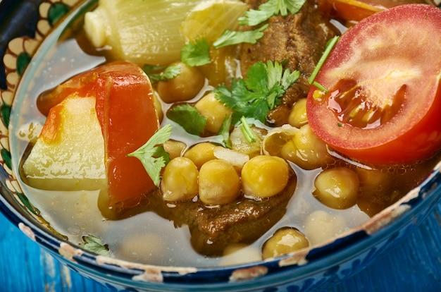 Uzbek nahot shurpa, zuppa di verdure e ceci, vista dall'alto. cucina dell'asia centrale