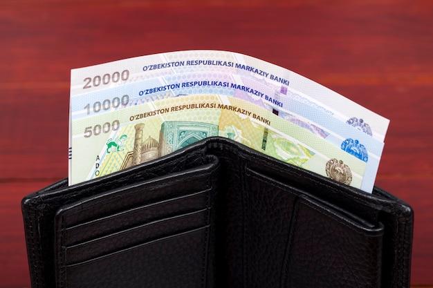 Soldi uzbeki nel portafoglio nero