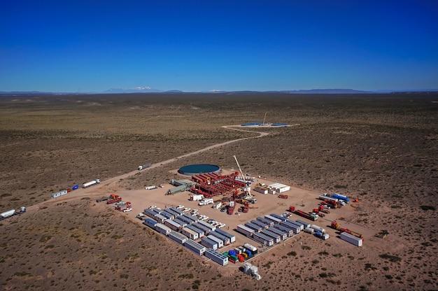 Vaca muerta, argentina, 12 dicembre 2015: estrazione di olio non convenzionale. batteria di autopompe per fratturazione idraulica (fracking).