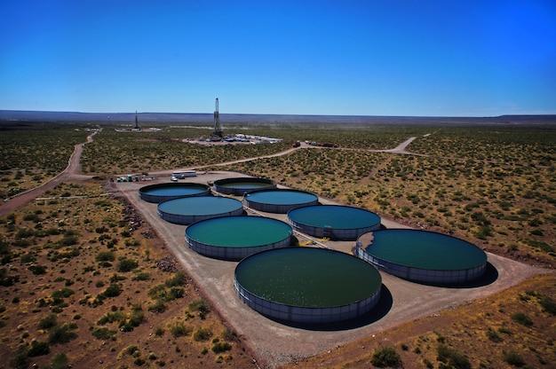Vaca muerta, argentina, 2 dicembre 2014: estrazione di olio non convenzionale. batteria di autopompe per fratturazione idraulica (fracking).