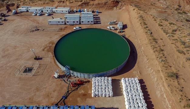 Vaca muerta, argentina, 24 dicembre 2015: acqua e sabbia per la fratturazione idraulica per l'estrazione del petrolio.(fraking)