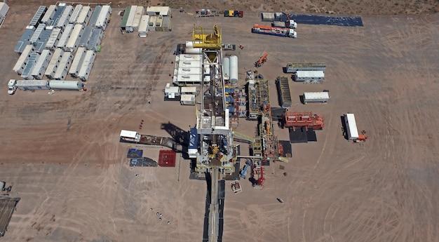 Vaca muerta, argentina, 12 gennaio 2016: estrazione di olio non convenzionale. batteria di autopompe per fratturazione idraulica (fracking).