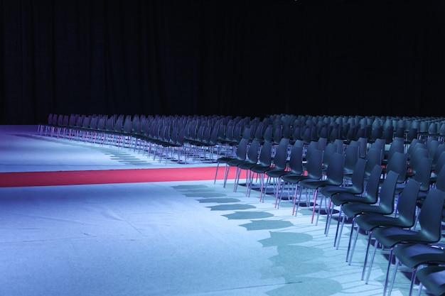 Posti vacanti di un teatro in attesa di spettatori