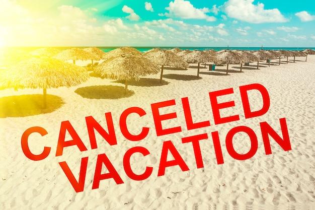Iscrizione annullata vacanza sullo sfondo di un bellissimo paesaggio marino. il coronavirus provoca la cancellazione di voli e vacanze in tutto il mondo. crisi turistica mondiale causata dall'epidemia di coronavirus.