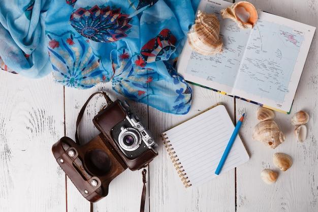 Concetto di pianificazione delle vacanze, piatto laico con fotocamera e mappa