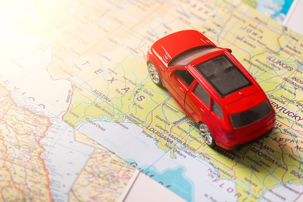 Viaggio di vacanza in macchina sulla mappa con punti