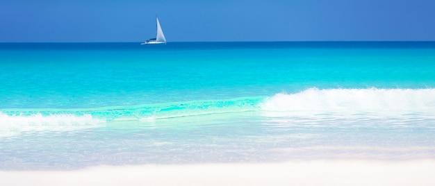 Manifesto di panorama di vacanze estive di vacanza - spiaggia caraibica tropicale soleggiata di paradiso con la sabbia bianca