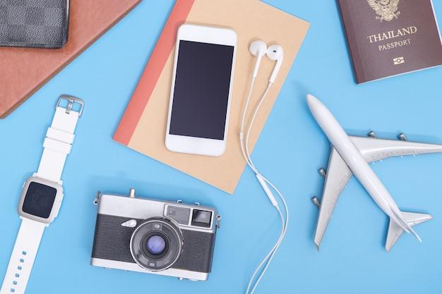 Oggetti di viaggio vacanza su sfondo blu morbido per il concetto di viaggio