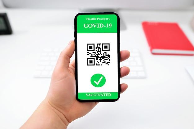 Persona vaccinata che utilizza l'app del passaporto sanitario digitale nel telefono cellulare