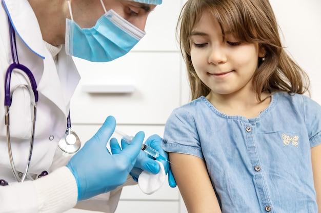 Vaccinazione dei bambini. iniezione a mano. viborochniy focus people