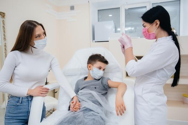 Vaccinazione di bambini e di tutta la famiglia contro l'influenza e l'infezione da coronavirus durante una pandemia mondiale.