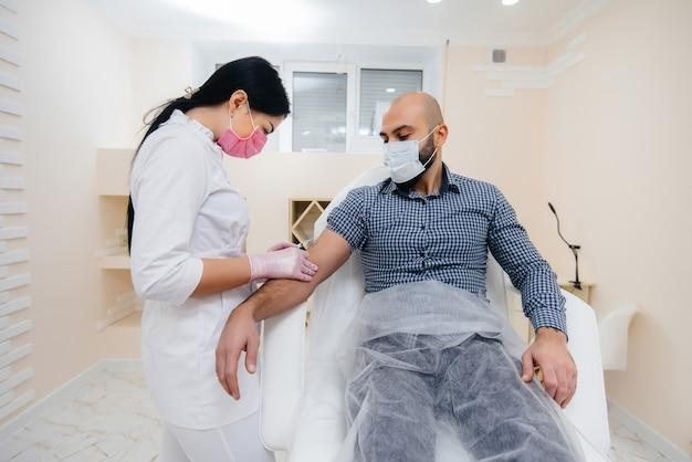 Vaccinazione di un uomo contro l'influenza e l'infezione da coronavirus durante una pandemia mondiale. la formazione del sistema immunitario e degli anticorpi.