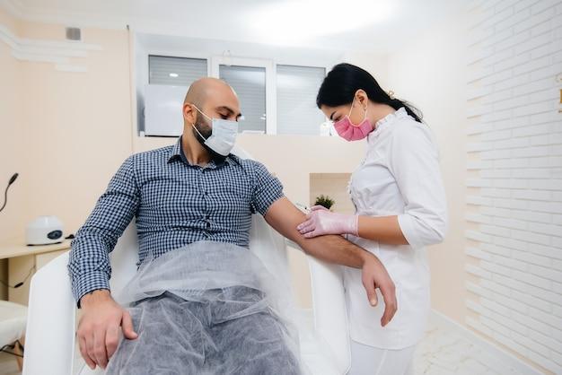 Vaccinazione di un uomo contro l'influenza e l'infezione da coronavirus durante una pandemia mondiale