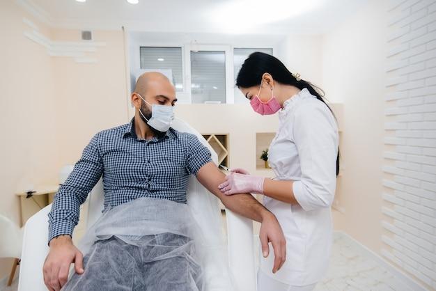 Vaccinazione di un uomo contro l'influenza e l'infezione da coronavirus durante una pandemia mondiale.