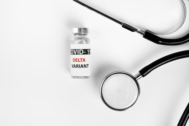 Bottiglie di vaccino covid - 19 variante delta, fiale di medicina e iniezione di siringhe isolate su bianco. coronavirus delta 2019-ncov.