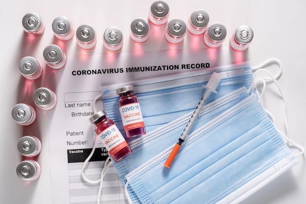 Flaconcini di vetro per vaccino per la vaccinazione contro covid-19 e siringa