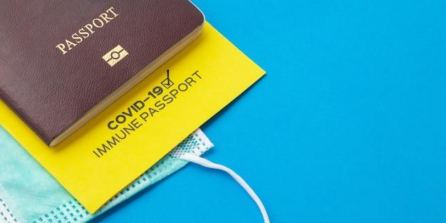 Passaporti vaccinali come prova che il titolare è stato vaccinato contro il covid-19, requisito per i viaggi internazionali. sfondo banner.