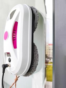 Finestra di vetro di lavaggio del robot dell'aspirapolvere robot lavavetri che pulisce le finestre a casa.