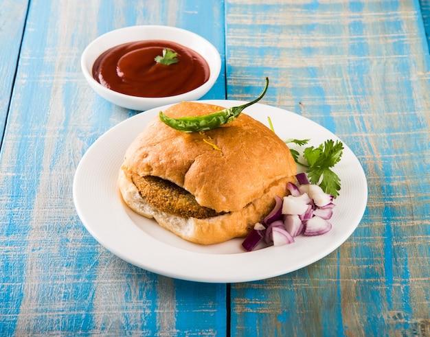 Vada pav o wada pao è un piatto vegetariano di fast food lungo la strada del maharashtra. messa a fuoco selettiva