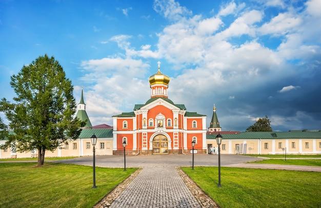 Valday. chiesa filippovskaya del monastero iversky in una giornata di sole