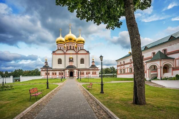 Valday. cattedrale di iversky del monastero di iversky in una sera e nuvole