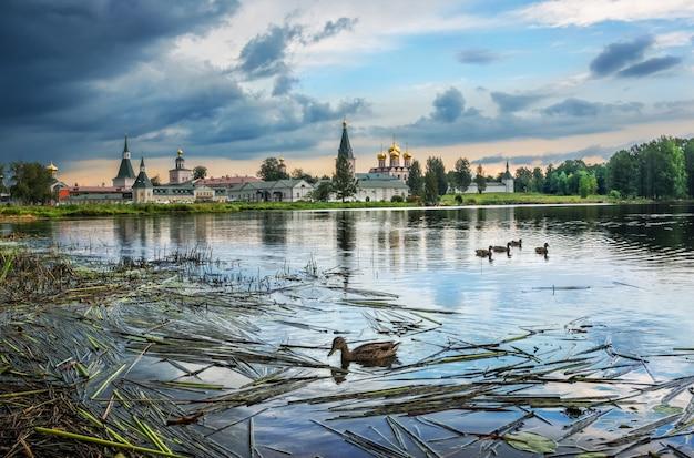 Valday. monastero di iversky sul lago valdai e anatre nuotano prima della tempesta