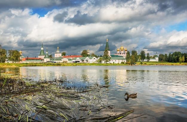 Valday. monastero di iversky sul lago valday e un'anatra in acqua in una giornata di sole