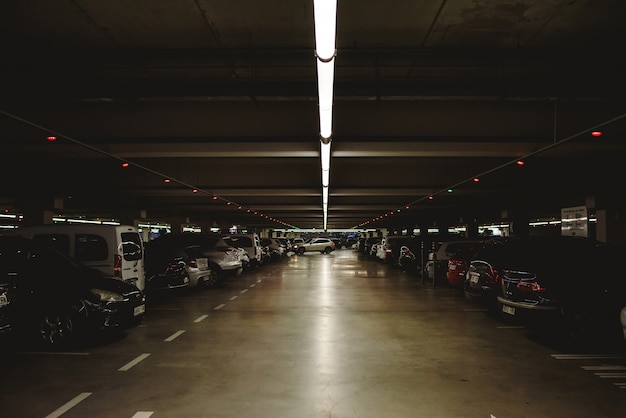 Valencia, spagna - 14 dicembre 2018: parcheggio sotterraneo pieno e buio.