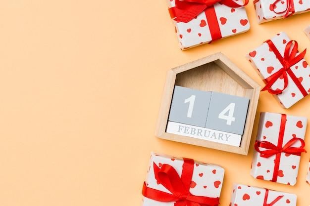 Calendario di san valentino con scatole regalo con nastri rossi. lay piatto