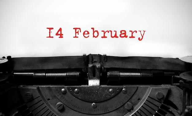 Concetto di san valentino 14 febbraio sulla macchina da scrivere vintage.