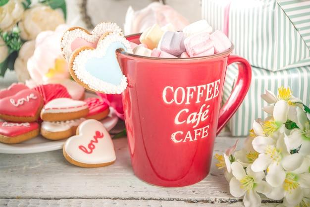 Sfondo di san valentino con fiori di peonia e cioccolata calda