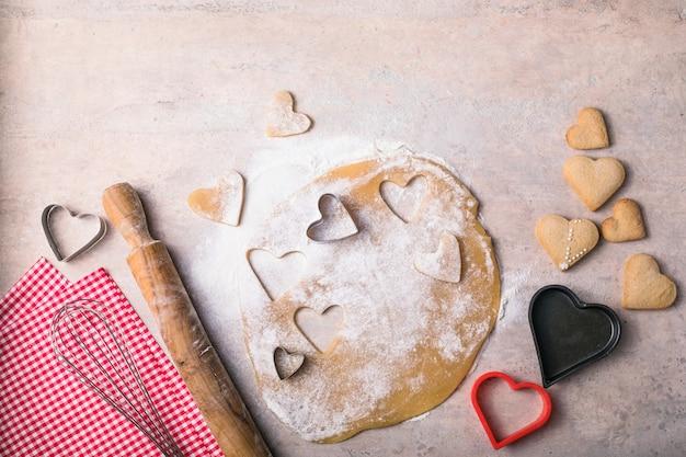 Sfondo di cottura di san valentino. ingredienti per cucinare il cuore di san valentino. spazio della copia vista dall'alto.